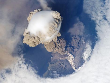090625_volcano_cloud
