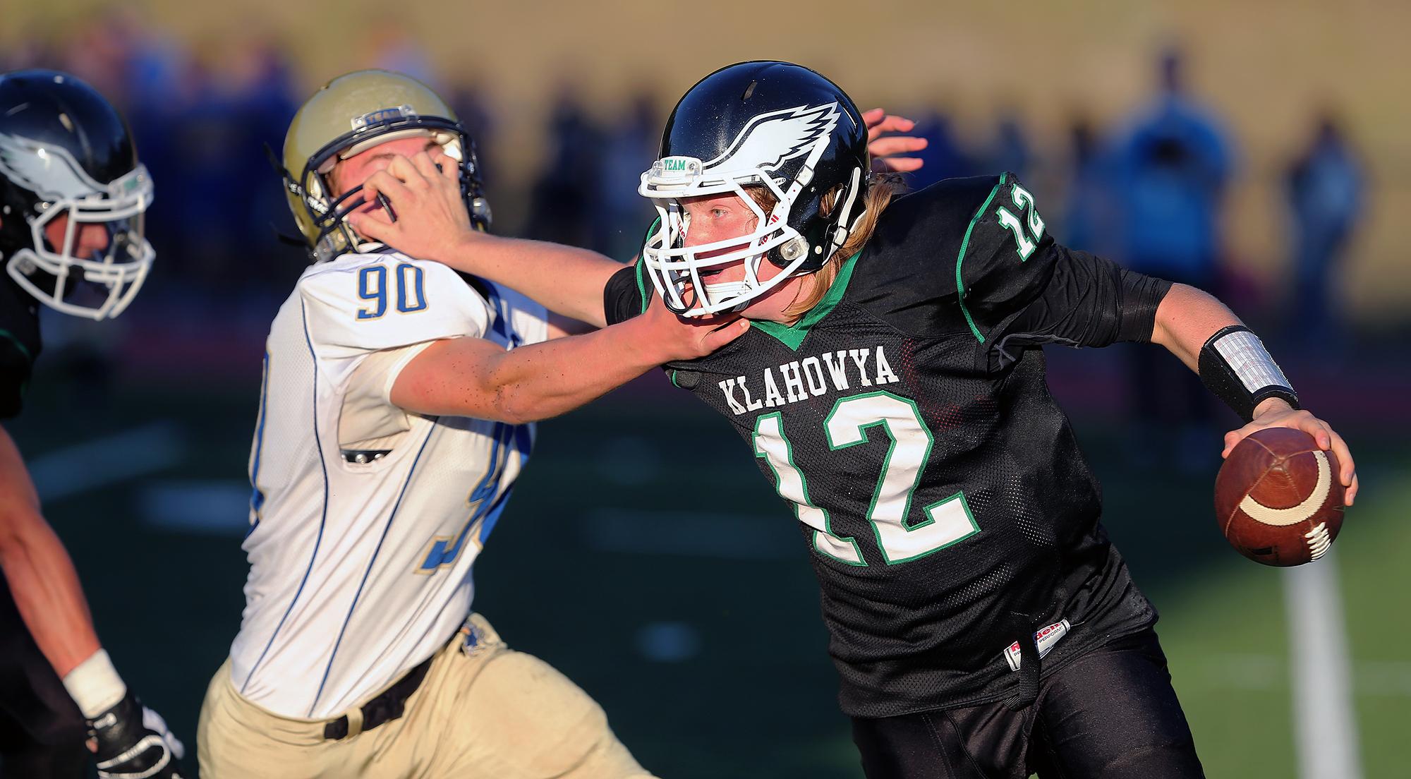Klahowya quarterback George Harris escapes Ethan Nolting on a sack. LARRY STEAGALL / KITSAP SUN