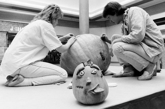 10/29/88 Pumpkin Carving Steve Zugschwerdt / Bremerton Sun